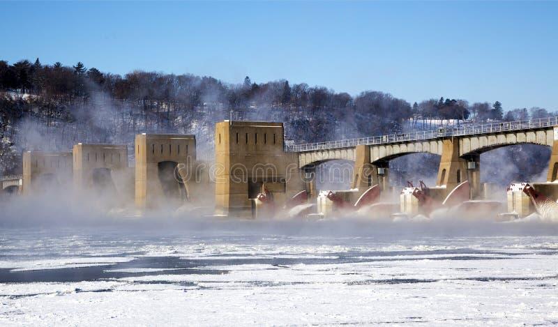 Barrage du fleuve Mississippi et brume en hausse images stock