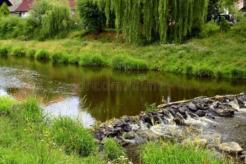 Barrage en pierre naturel sur la rivière photos stock