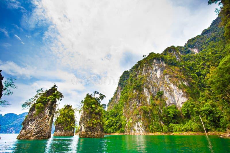 Barrage et île étonnants en Thaïlande images libres de droits