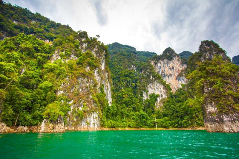 Barrage et île stupéfiants de la Thaïlande photographie stock