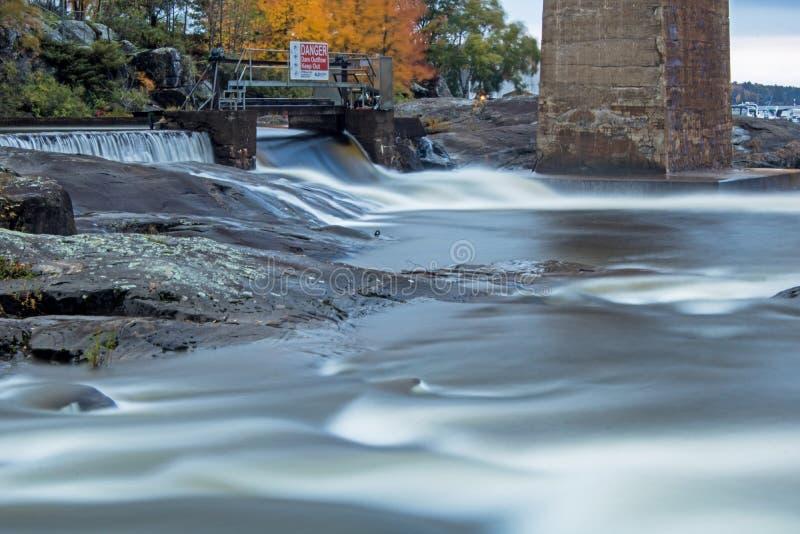 Barrage et cascade sur la rivière de Seguin en Parry Sound images libres de droits
