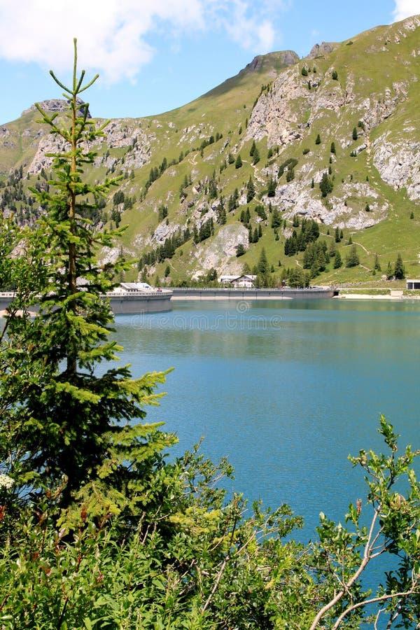 Barrage et lac Fedaia dans les dolomites italiennes images stock