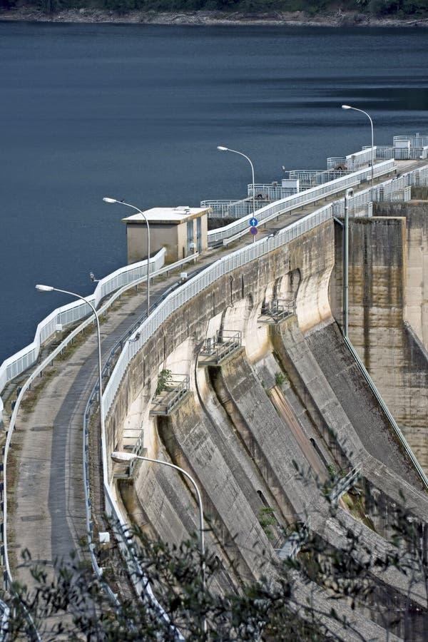 Barrage hydro-électrique sur le lac Corbara, Italie photographie stock libre de droits