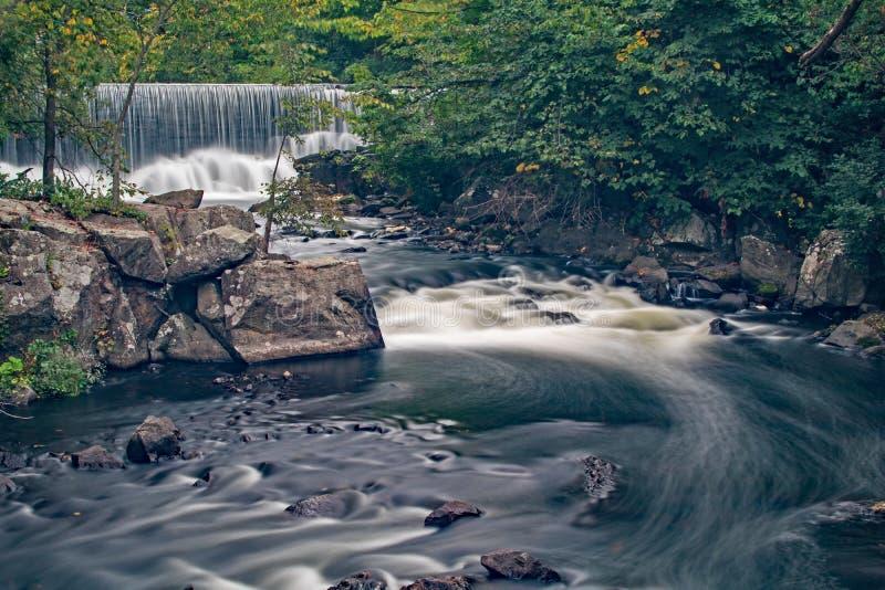Barrage, roches et rapide de moulin photos libres de droits