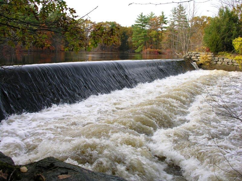 Barrage sur le fleuve. photos libres de droits