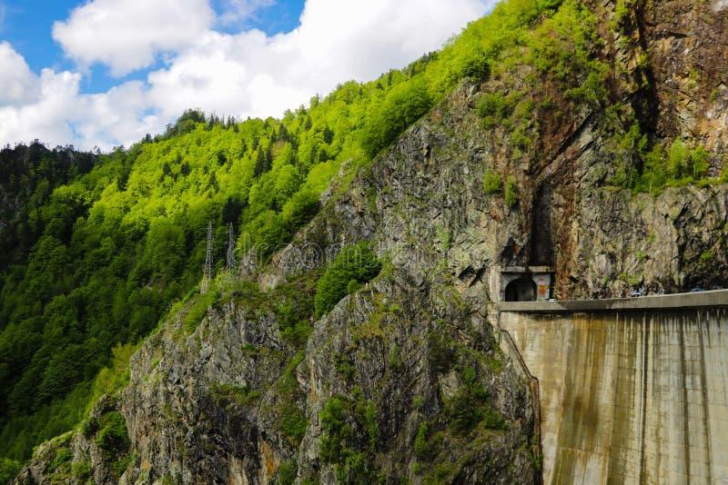 A barragem de Vidraru é uma barragem na Romênia Foi completado em 1966 no rio Arge e cria o lago Vidraru A barragem de arco foi c imagem de stock royalty free