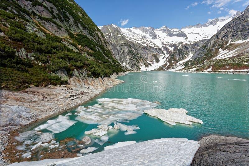 Barragem do lago Gelmersee nos Alpes Berneses fotografia de stock royalty free