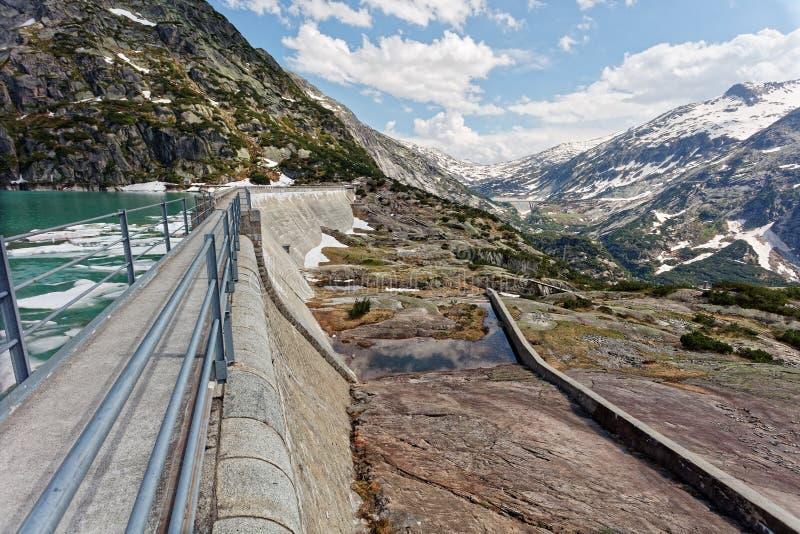 Barragem do lago Gelmersee nos Alpes Berneses imagens de stock