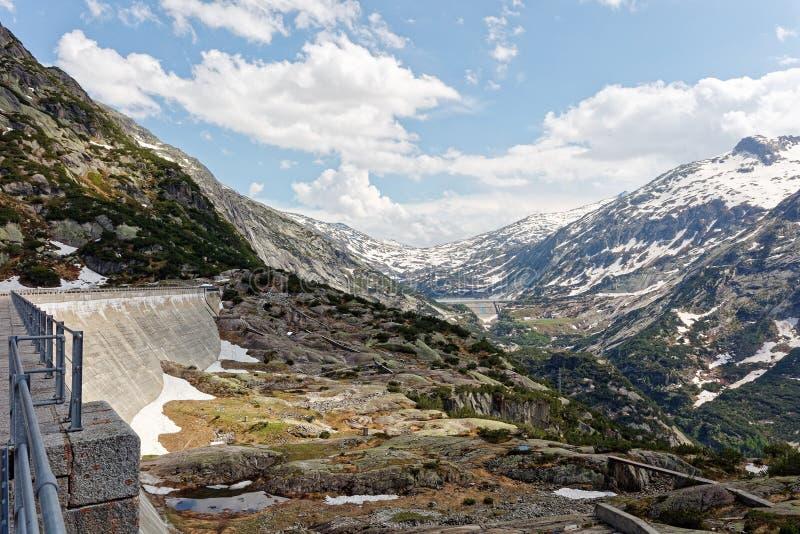 Barragem do lago Gelmersee nos Alpes Berneses foto de stock royalty free