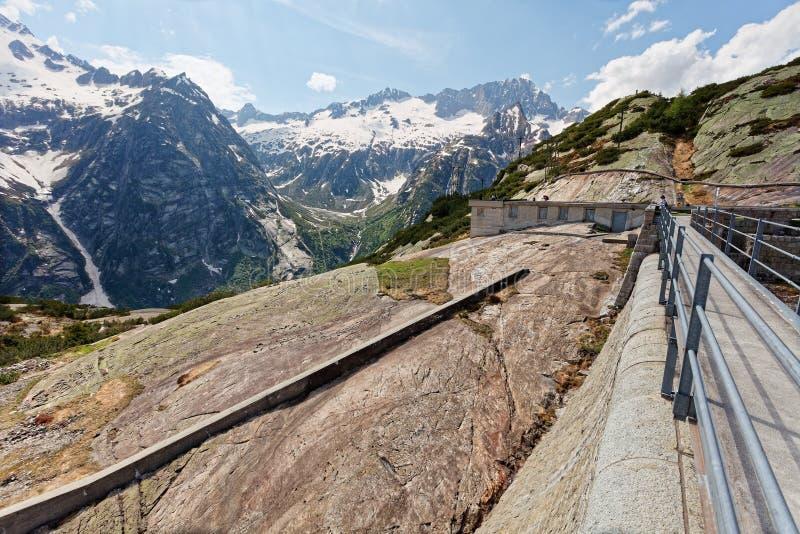 Barragem do lago Gelmersee nos Alpes Berneses imagens de stock royalty free