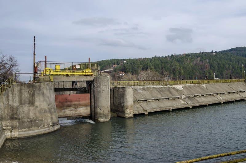 Barragem e comporta da represa pitoresca, água do recolhimento do rio de Iskar fotografia de stock royalty free