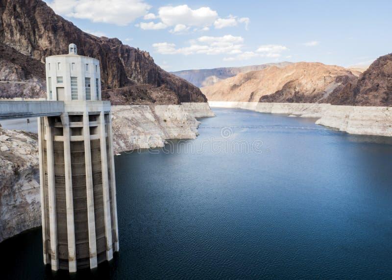 A barragem Hoover eleva-se no hidromel azul do lago - o Arizona, AZ foto de stock royalty free