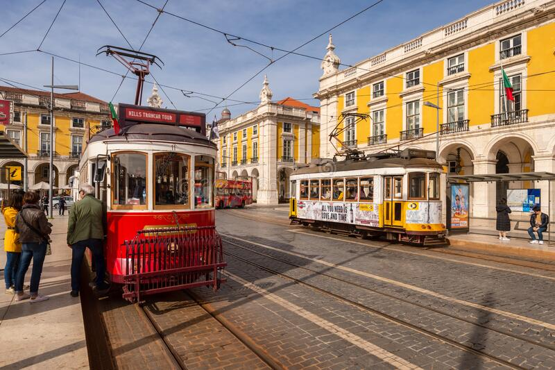 Barragens vermelhas e amarelas em Lisboa, Portugal fotos de stock