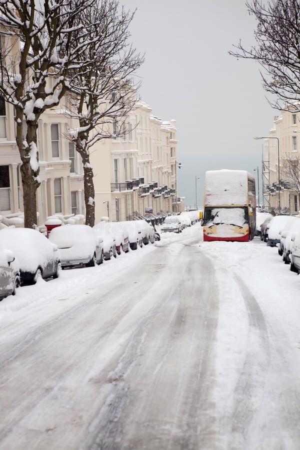 Barramento abandonado inverno Inglaterra da neve da rua imagem de stock royalty free
