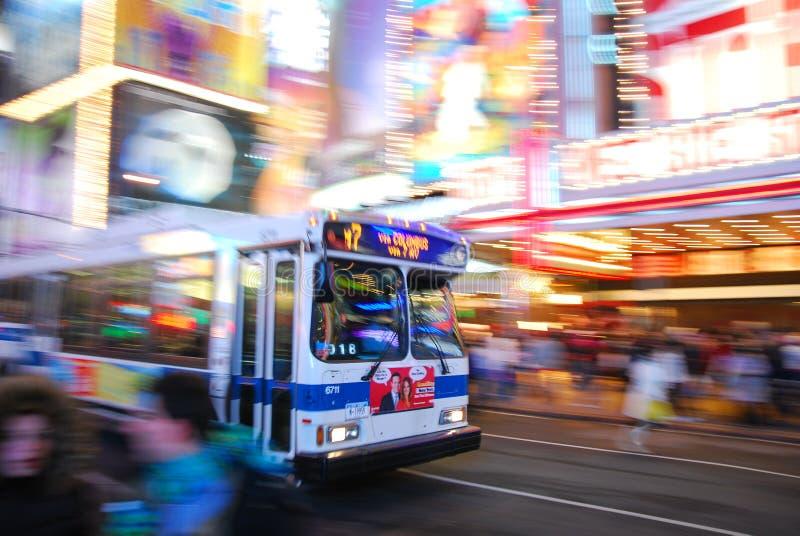 Barramento que apressa-se no Times Square de New York City fotografia de stock royalty free
