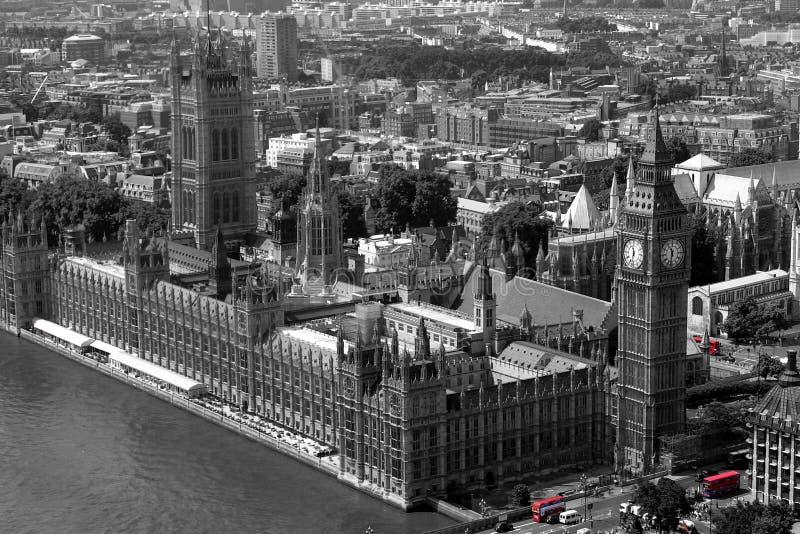 Barramentos vermelhos em Westminster imagem de stock royalty free