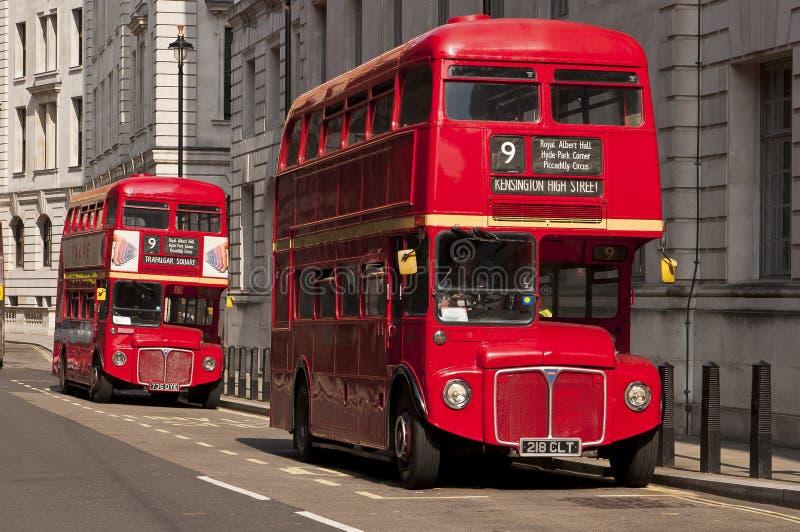Barramentos vermelhos famosos de Londres do autocarro de dois andares fotografia de stock royalty free