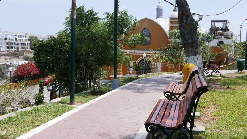 Barranco区黄色和白色偏僻寺院,利马 免版税库存照片