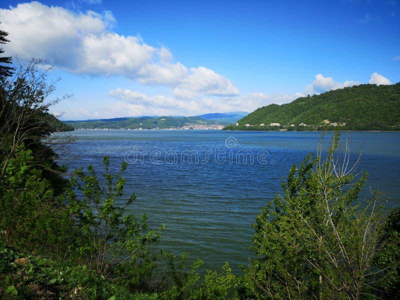 Barranco de Danubio entre Serbia y la garganta de Rumania - de Kazán - Cazanele Dunarii imagenes de archivo