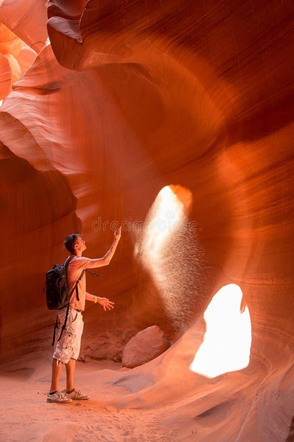 Barranco de exploración del antílope del hombre joven en la reserva de Navajo foto de archivo libre de regalías