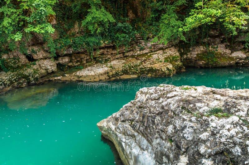 Barranco de Martvili en Georgia El barranco natural hermoso con la vista del río de la montaña, el agua azul christal y el barco  imagen de archivo libre de regalías