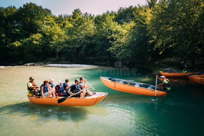 Barranco de Martvili, Georgia Gente de los turistas que transporta en balsa en el barco de goma fotos de archivo libres de regalías