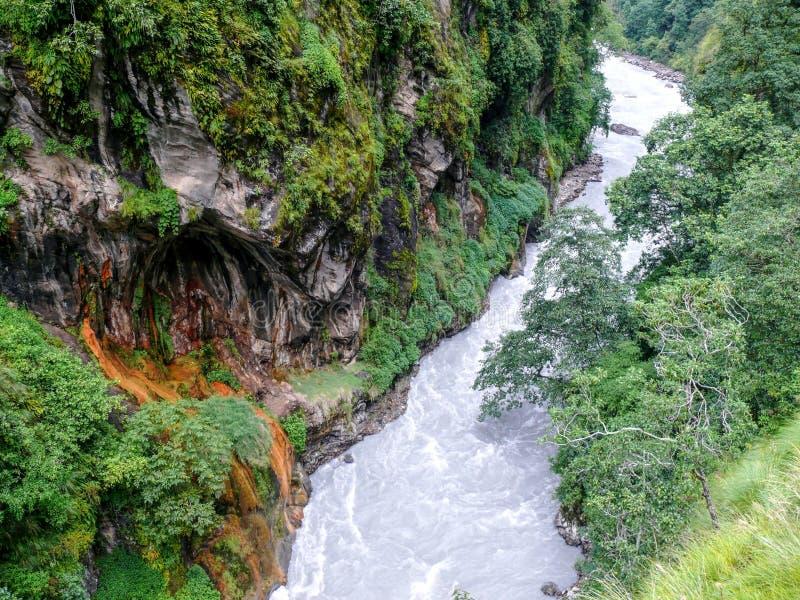 Barranco del río de Marsyangdi - Nepal imagen de archivo