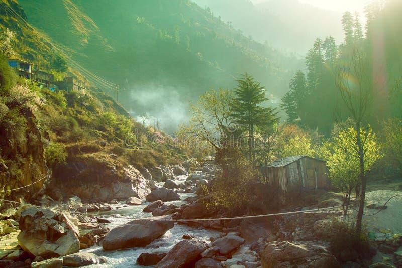 Barranco del río y del pueblo de la montaña en cuestas escarpadas imagen de archivo