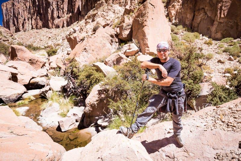 Barranco derecho del desierto del hombre del backpacker turístico del aventurero, Bolivia imagen de archivo libre de regalías