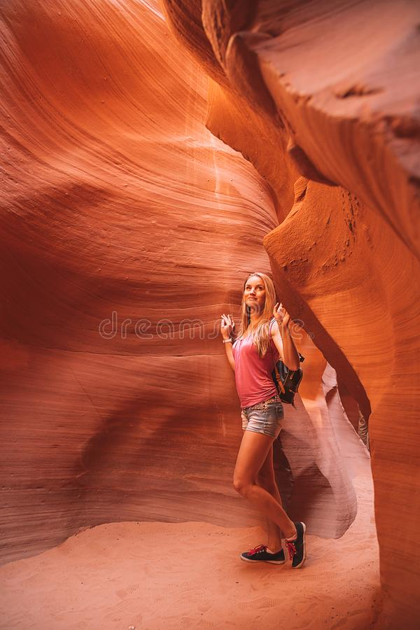Barranco más bajo de exploración del Antilope de la muchacha hermosa en Arizona imagenes de archivo