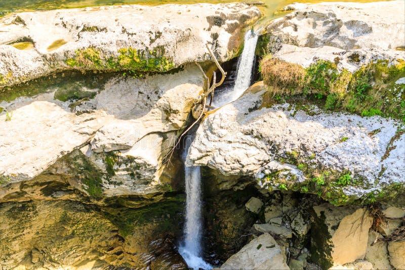Barranco natural hermoso y cascada asombrosa del r?o de la monta?a en la lluvia Barranco de Martvili en Georgia fotos de archivo libres de regalías