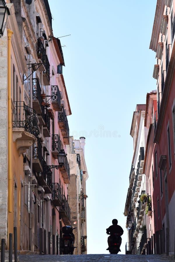 Barranco urbano típico en Lisboa, Portugal imagen de archivo libre de regalías