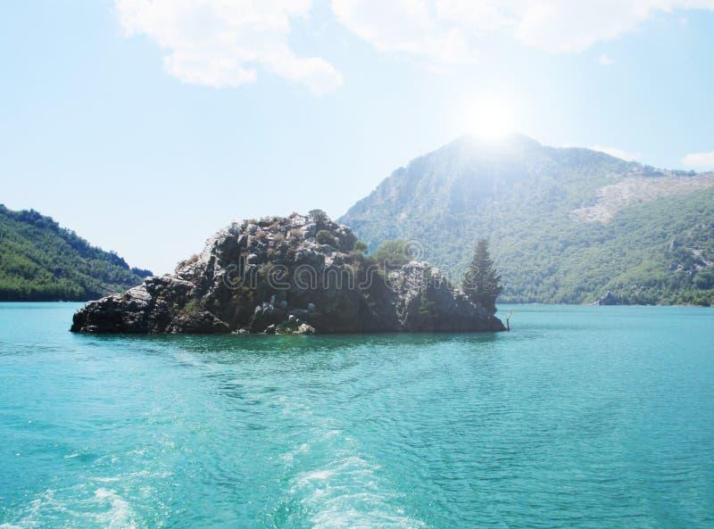 Barranco verde en pavo cerca de Manavgat con la roca hermosa en el centro foto de archivo