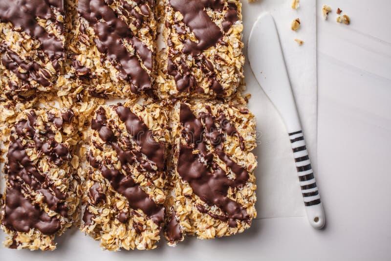 Barras caseiros da farinha de aveia do chocolate em um fundo branco, vista superior Sobremesa saudável do vegetariano, alimento d foto de stock
