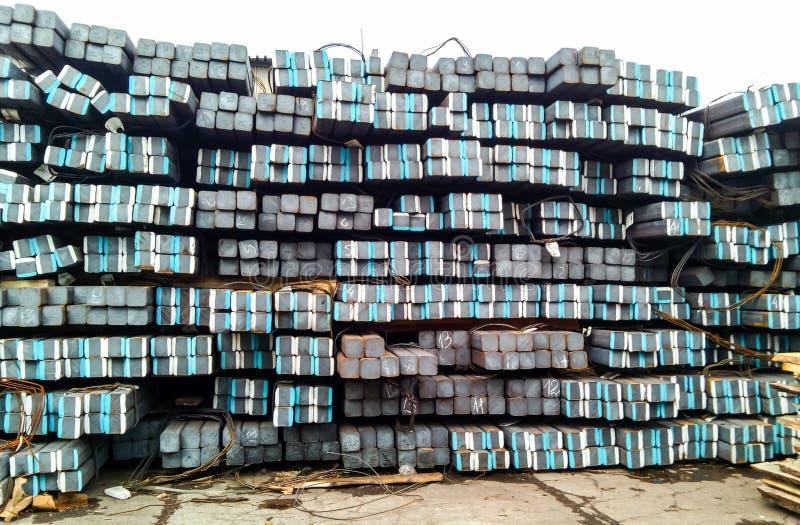 Barras cuadradas del metal Warehouse del metal imágenes de archivo libres de regalías