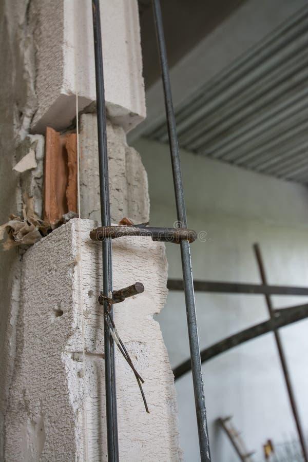 Barras de aço de reforço no concreto imagens de stock