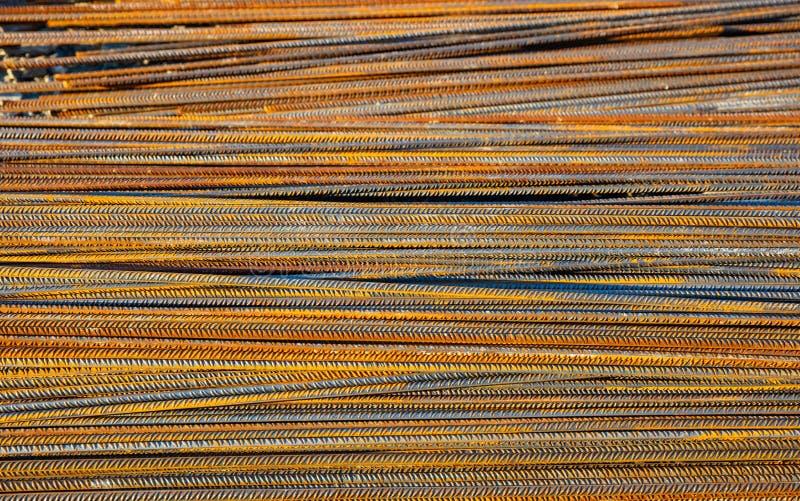 Barras de aço do reforço do metal oxidado, hastes em um canteiro de obras foto de stock royalty free