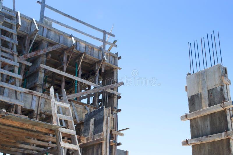 Barras de aço reforçadas em colunas da construção fotografia de stock royalty free