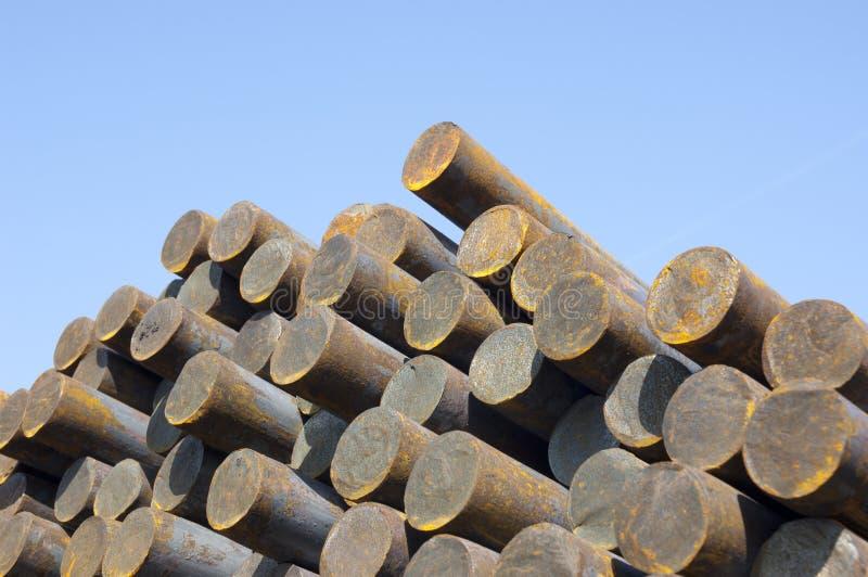 Barras de acero en pirámide fotografía de archivo libre de regalías
