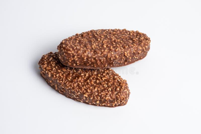 Barras de chocolate con los cacahuetes machacados imágenes de archivo libres de regalías