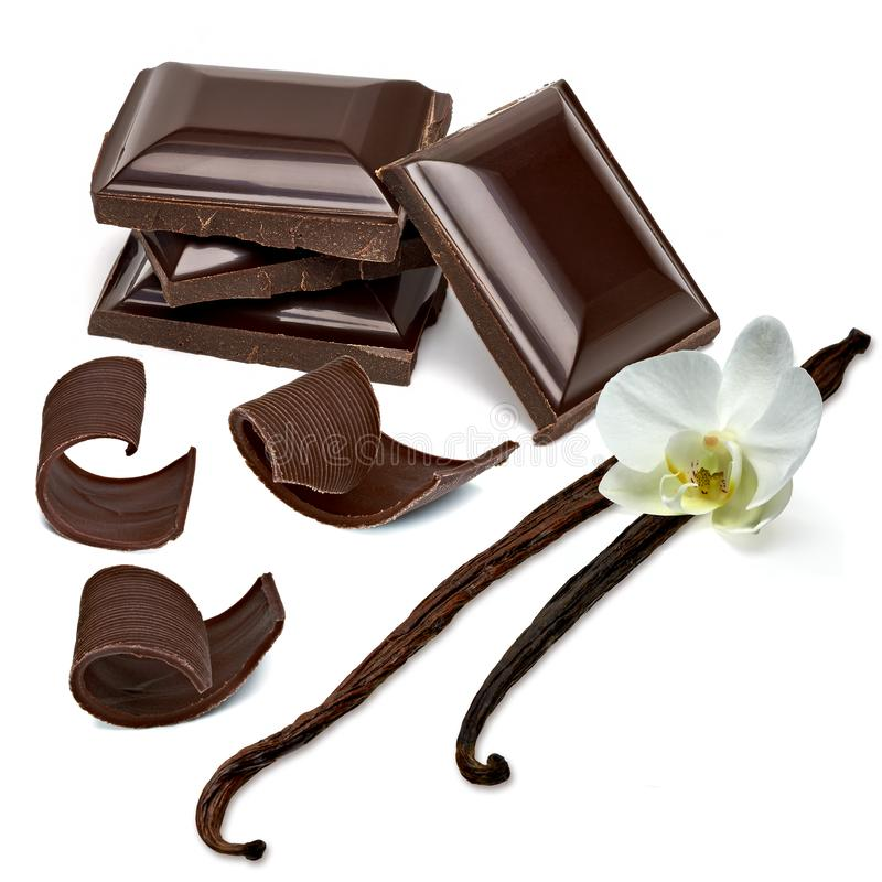 Barras de chocolate escuras quebradas com vagens e ondas da baunilha fotografia de stock