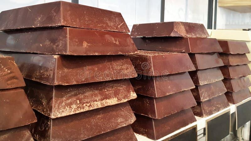 Barras de chocolate grandes em prateleiras dos confeitos fotos de stock