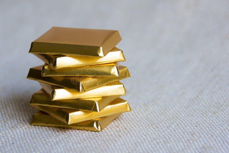 Barras de chocolate quadradas empilhadas fotos de stock royalty free