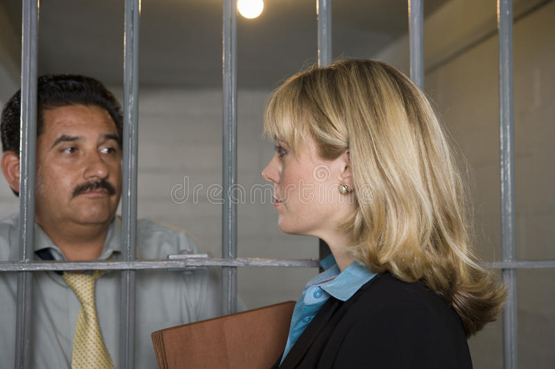 Barras de With Criminal Behind del abogado foto de archivo