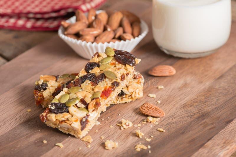 Barras de granola do cereal com porcas, frutos secos e leite foto de stock royalty free