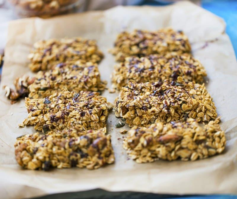 Barras de granola hechas en casa con la avena, las nueces, las semillas y el jarabe de chocolate foto de archivo libre de regalías