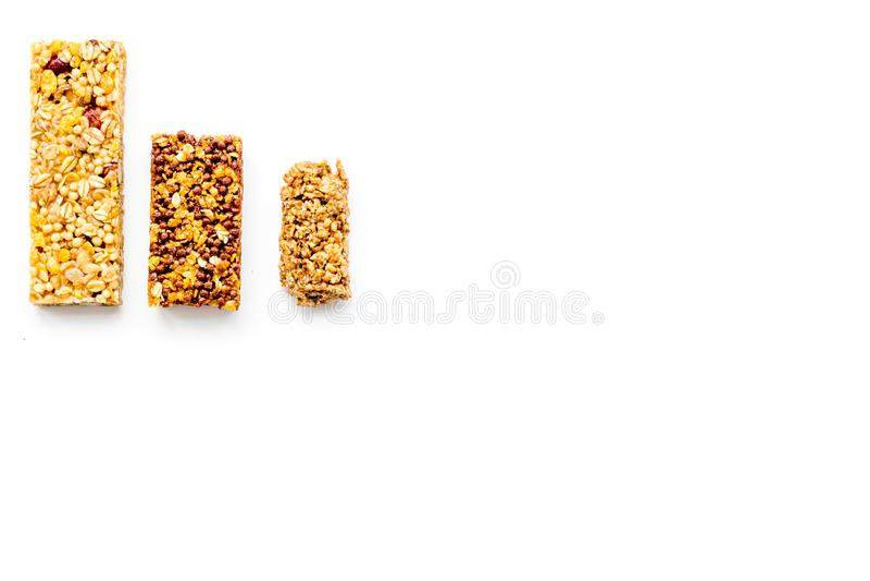 Barras de Granola para el espacio blanco de la copia de la opinión superior del fondo del desayuno nutritivo sano fotos de archivo