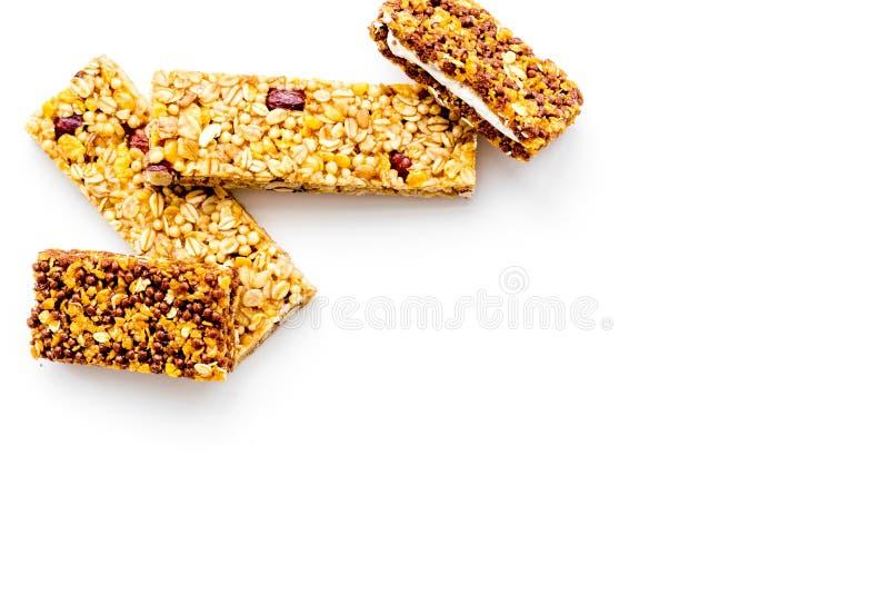 Barras de Granola para el espacio blanco de la copia de la opinión superior del fondo del desayuno nutritivo sano imagen de archivo