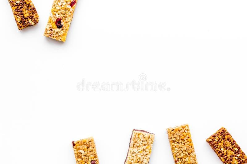 Barras de Granola para el espacio blanco de la copia de la opinión superior del fondo del desayuno nutritivo sano fotos de archivo libres de regalías