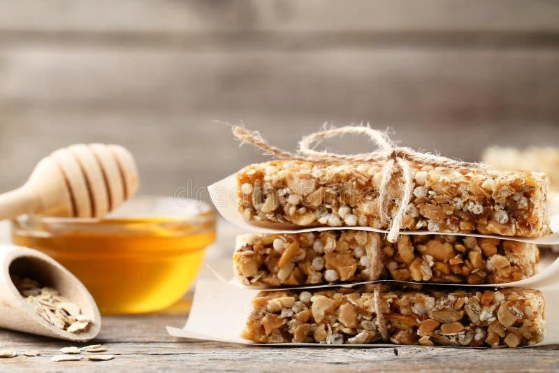 Barras de granola saborosos com mel imagem de stock royalty free